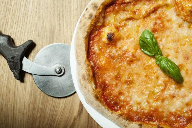 Pizza margherita servita a I Vitelloni