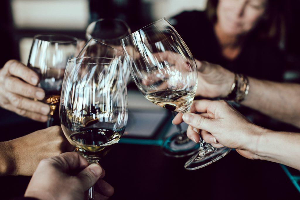 brindisi con calice di vino