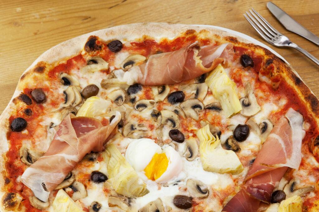 pizza capriccio carciofini olive uova